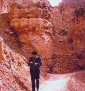 Olivier Messiaen writes down what the birds sing in Bryce Canyon in 1972. Photo credit: Fondation Olivier Messiaen.
